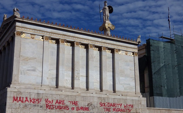 """Malakes! You are the refugees of Europe"" - slogans on the National Academy. Foto: Julia Tulke"