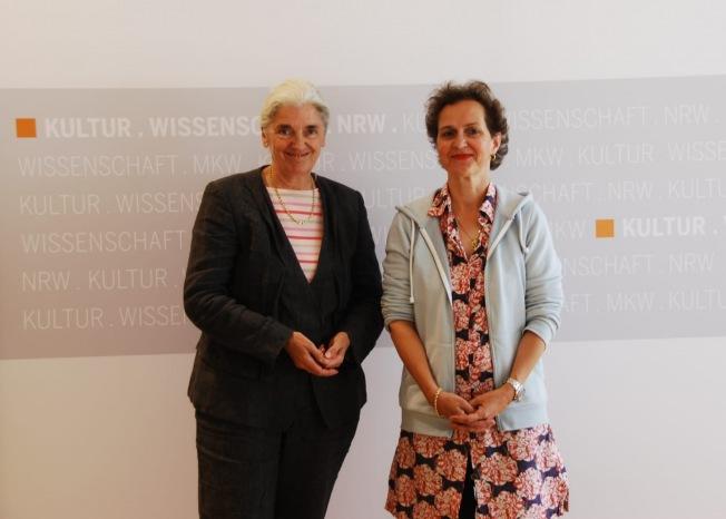 NRW-Ministerin Isabel Pfeiffer-Poensgen und Barbara Frey © Tobias Kreutzer/MKW