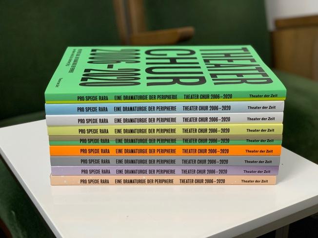 Das Buch wurde auf alten Plakaten des Theaters gedruckt und wird dadurch in zufälliger Farbigkeit ausgeliefert.