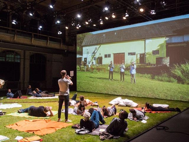 """Im Bus, in der Kneipe und auf dem Rasen – Das BAM! Festival zeigt, wie vielfältig Musiktheater sein kann, hier """"Land (Stadt Fluss)"""" von Daniel Kötter und Hannes Seidl. Foto Marcus Lieberenz"""