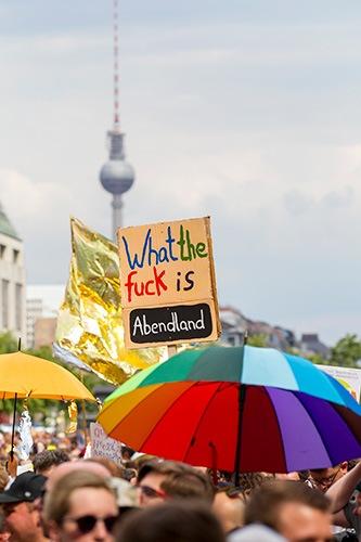Glänzende Demo – Während sich die AfD am 27. Mai 2018 in Berlin-Mitte versammelte, formierte sich die Berliner Kulturszene auf dem Pariser Platz. Foto Fritz Engel / Zenit