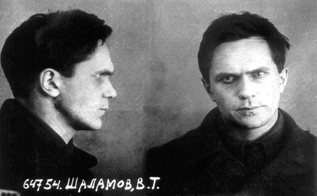 Foto: Von NKVD - Official NKVD photo from Varlam Shalamow personal file after arrest 1937, Gemeinfrei, https://commons.wikimedia.org/w/index.php?curid=44219046