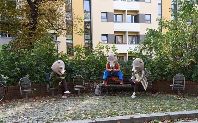 """Künstler in freier Wildbahn – """"Anstattführung"""" von hannsjana in Koproduktion mit den Sophiensælen Berlin. Foto Johanna Heyne"""