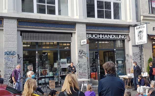 Ralph Hammerthaler auf einer Solidaritätsveranstaltung für den Buchladen Kisch & Co. Foto Besim Kadriu
