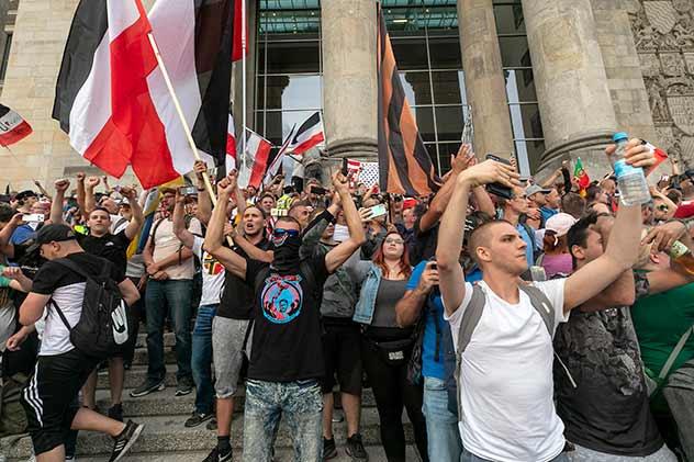 Reichsbürger und bunt gemischte Mitläufer auf den Stufen des Reichtags im August 2020. Foto Fritz Engel
