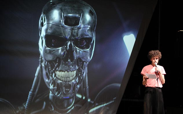 """Vielleicht kommt der Tod ja als Maschine – Die Berliner Schaubude untersucht wie hier in """"1/0/1 robots – hacking the binary code"""" der Gruppe Manufaktor das Verhältnis von Menschen, künstlicher Intelligenz und Robotern. Foto Julie Sievert / Gilda Coustier"""