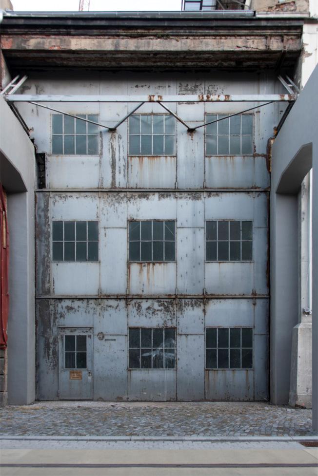 """Foto: Tor vor dem Umbau des """"Lichtwerks"""" im Dresdner Kulturareal """"Kraftwerk MItte"""" 2019  Dresden. Foto: Frank Höhler/ Copyright: Stattliche Kunstsammlungen"""