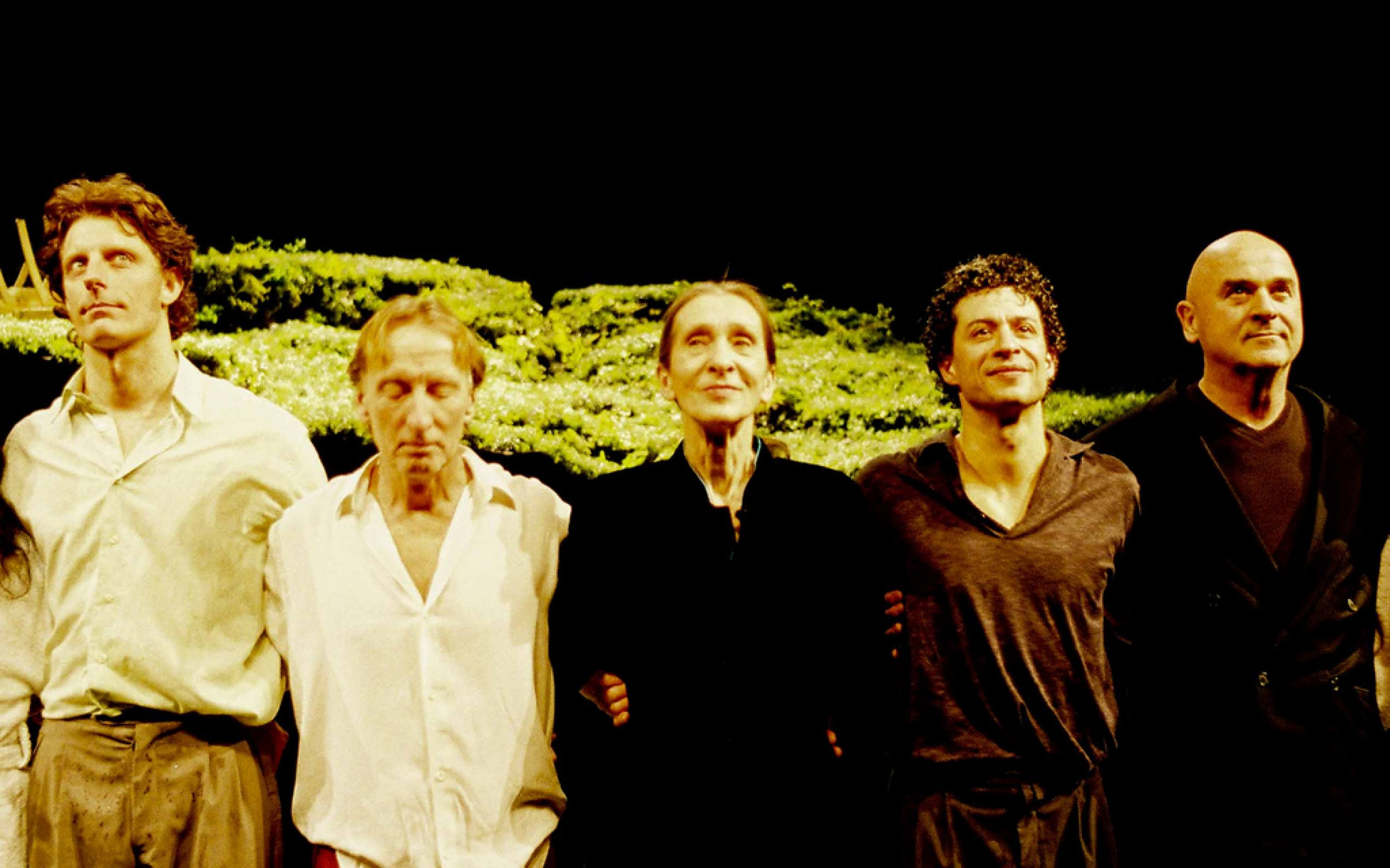 Pina bausch with her dancers at the Wiesenland show