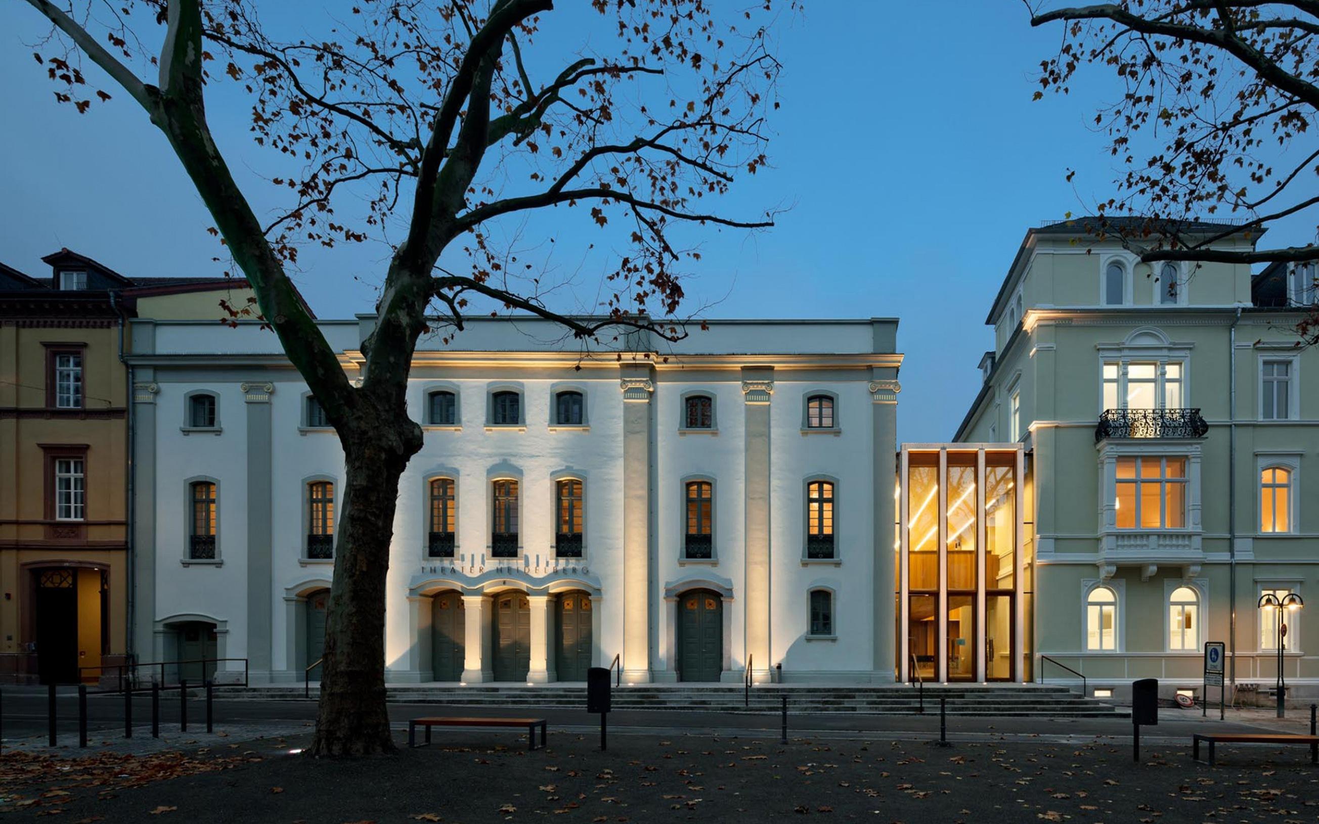 Blick auf die neugestaltete Fassade des Theaters Heidelberg aus Sicht des Theaterplatzes.