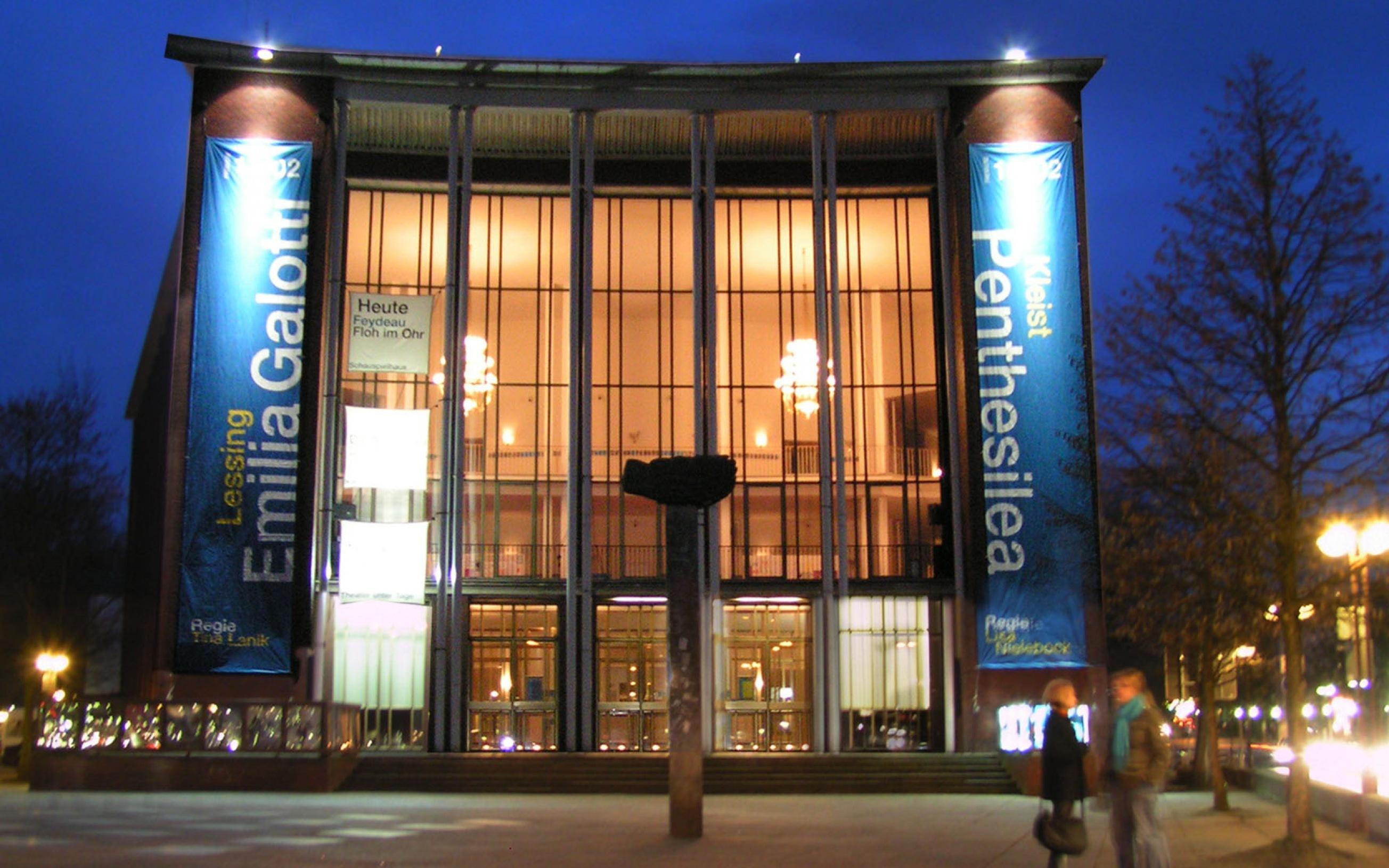 Das Schauspielhaus Bochum mit dem vorgelagerten Saladin-Schmitt-Platz bei Nacht; eine Montage aus zwei verschieden