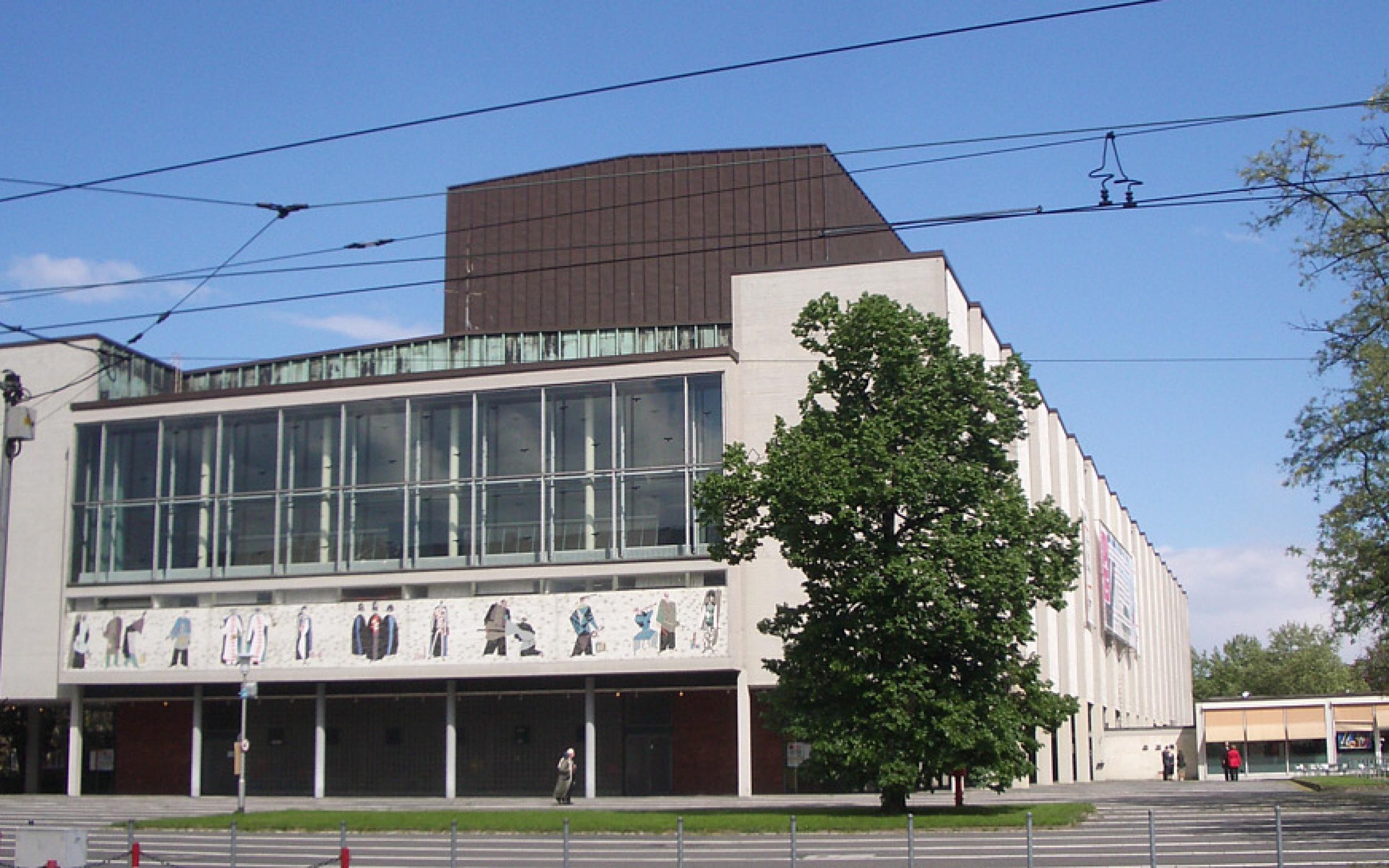Das Foto zeigt die im allgemeinen Stadtbild unauffällige West-Fassade des Mannheimer Nationaltheaters. Der Besucher