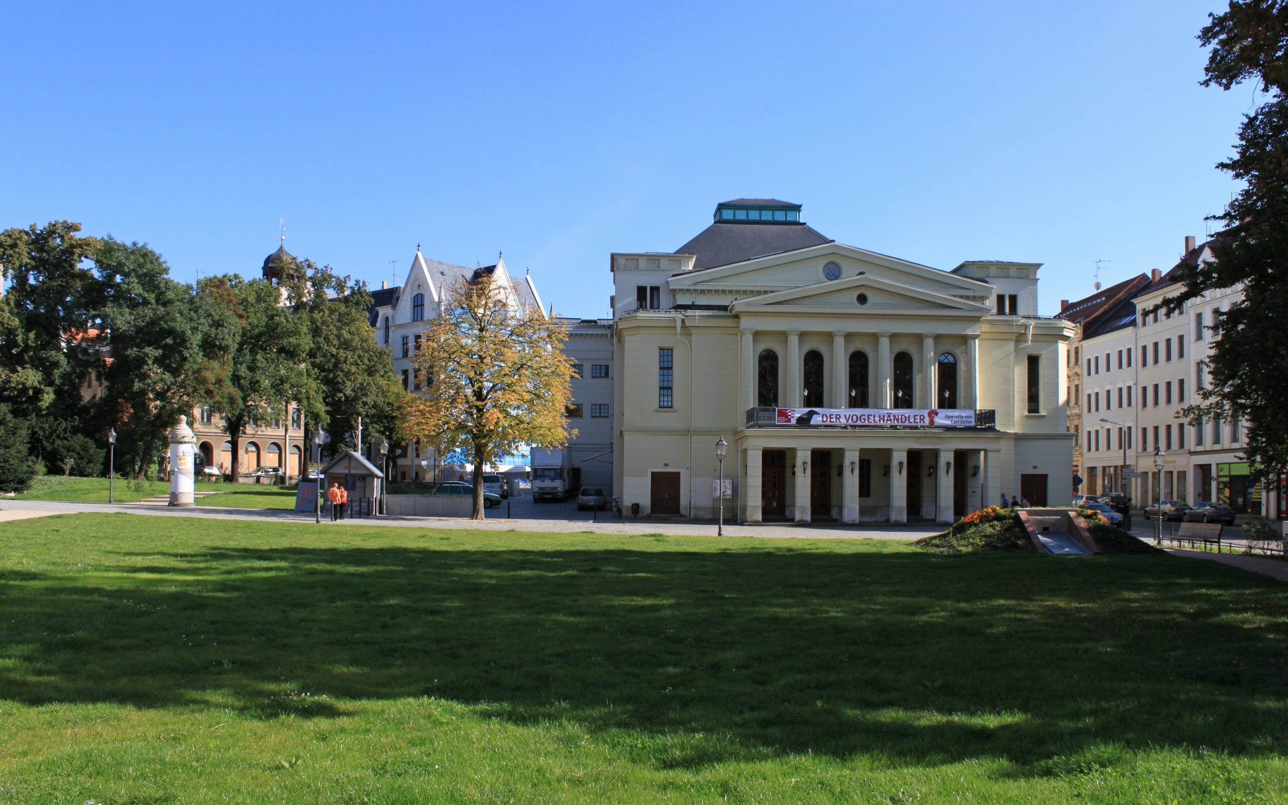 Blick über den Demianiplatz zum Theater