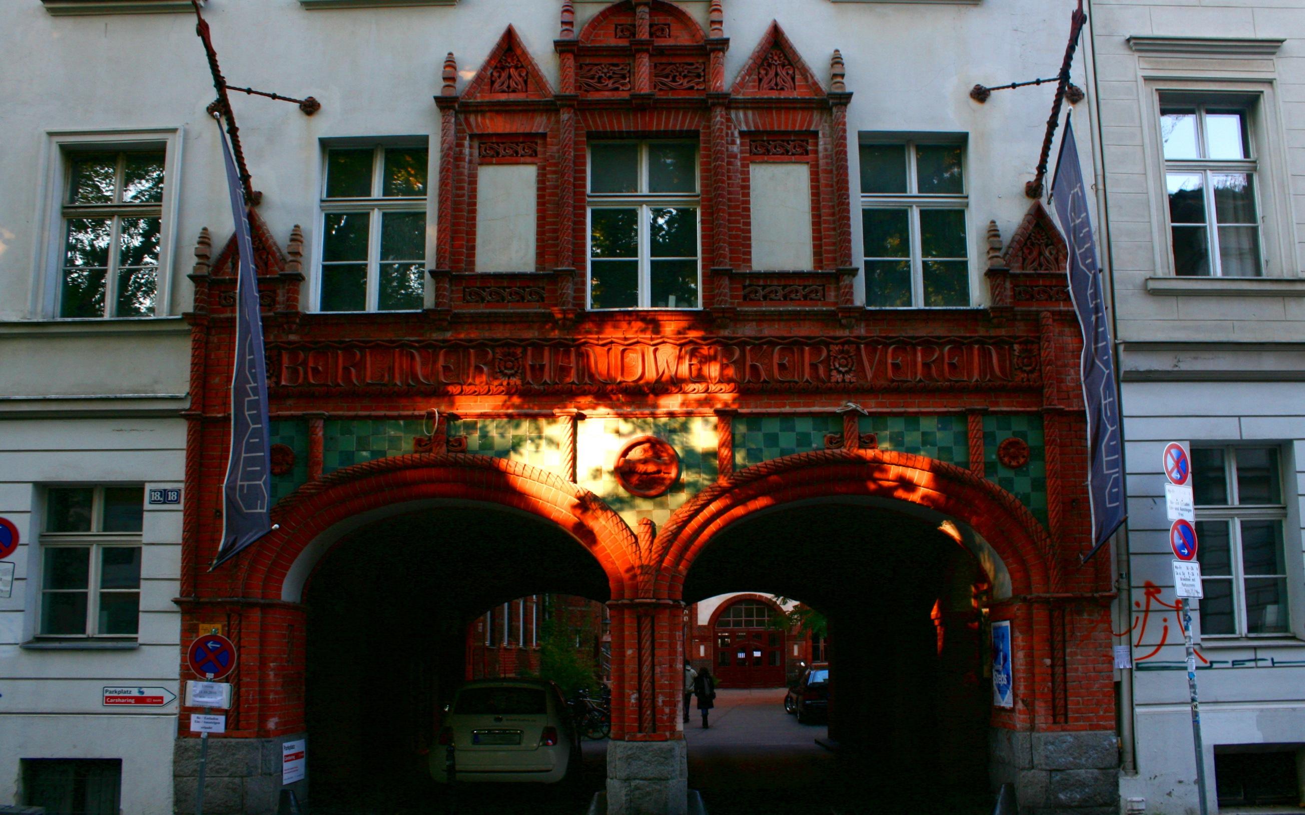 Haupteingang des Handwerkervereinshauses (Sophienstraße, Berlin-Mitte), das die Sophiensaele beheimatet