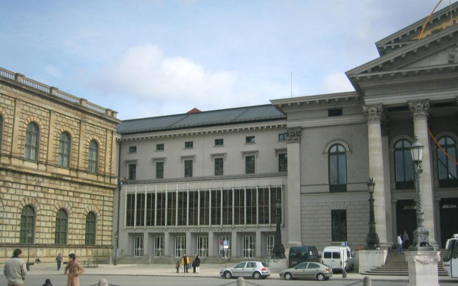 Residenztheater (eröffnet 1951) am Max-Joseph-Platz, München, Bayern, Deutschland