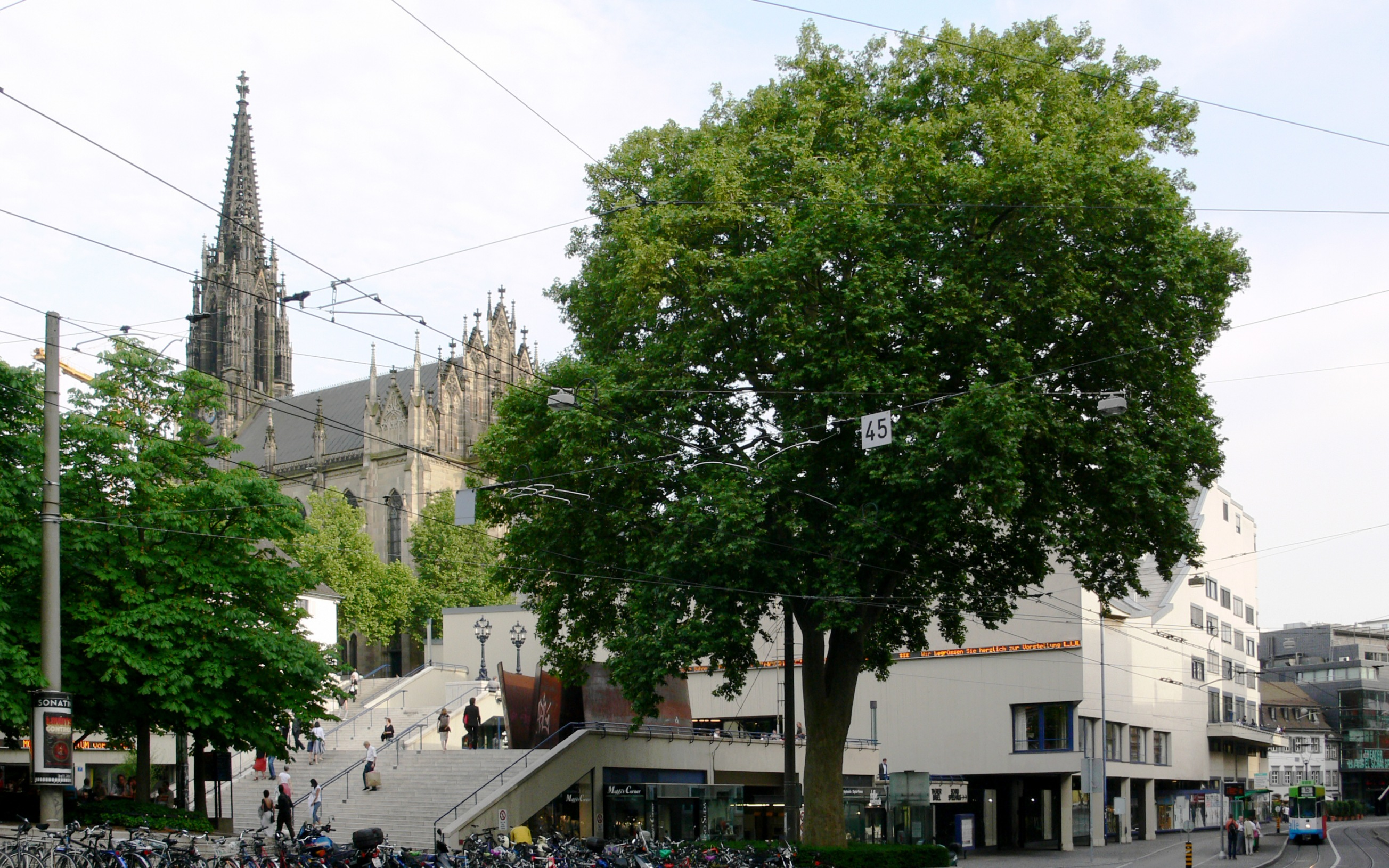 Theater Basel und Elisabethenkirche