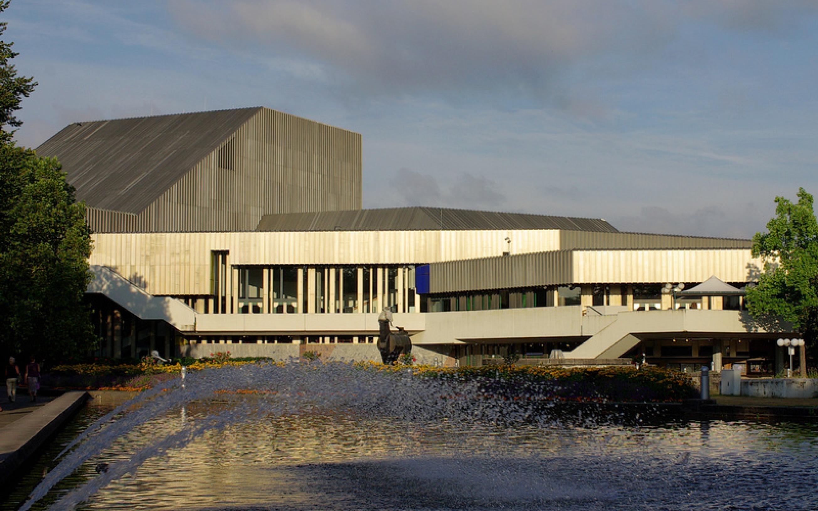 Badisches Staatstheater Karlsruhe, davor der Musengaul von Jürgen Goertz