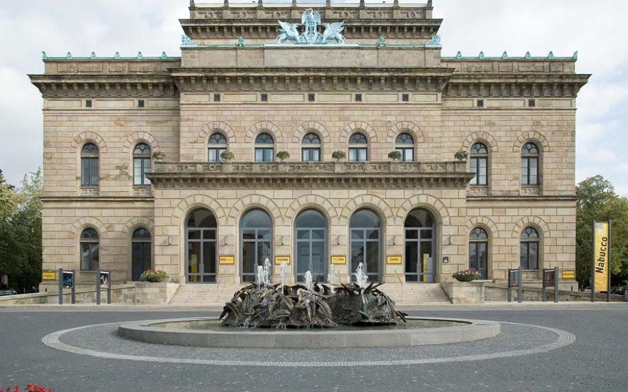 Staatstheater Braunschweig mit Cimiotti-Brunnen