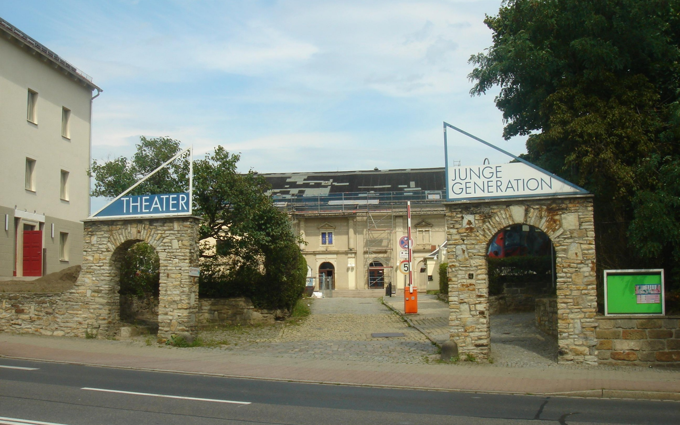 Theater Junge Generation Dresden-Cotta, Blick von der Meißner Landstraße aus