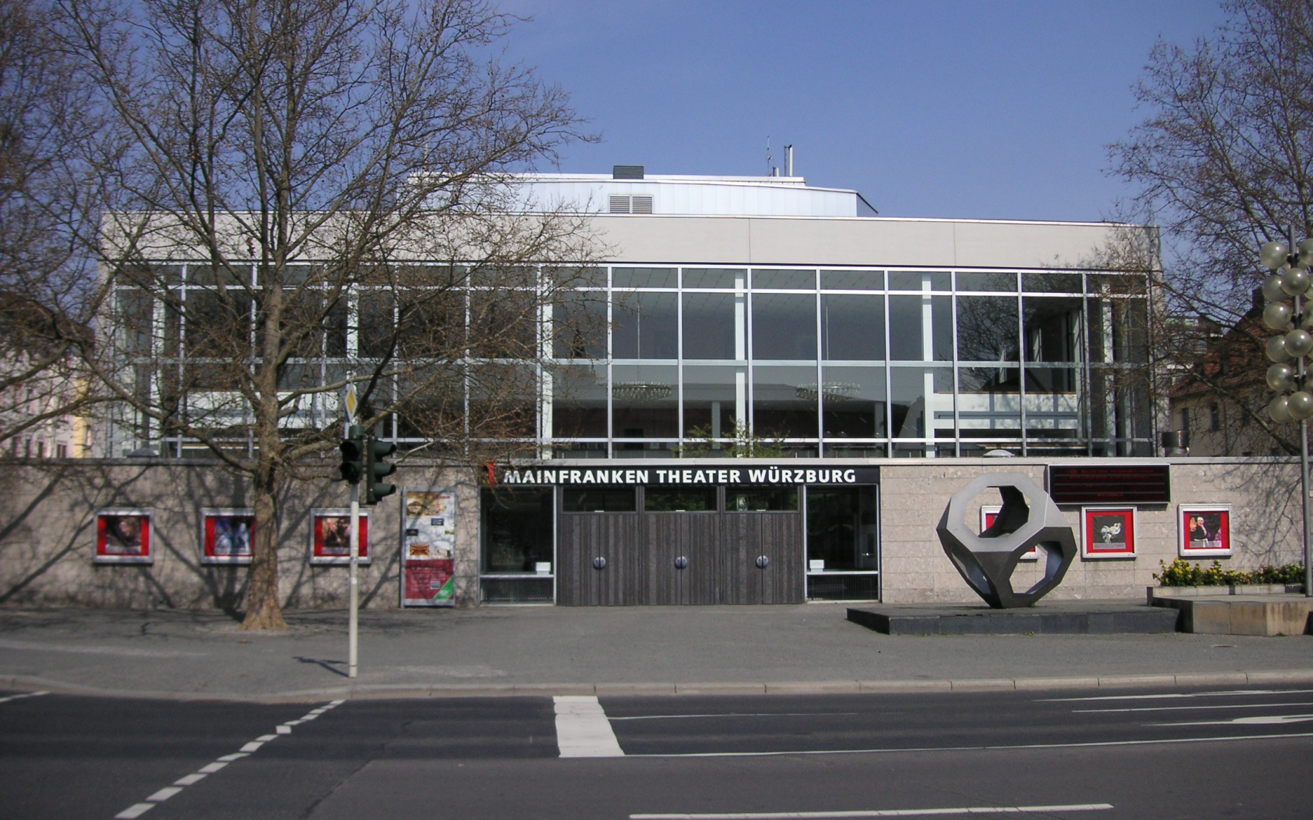 Mainfrankentheater in Würzburg, mit Skulptur Makrokern 170 von Karl-Ludwig Schmaltz.