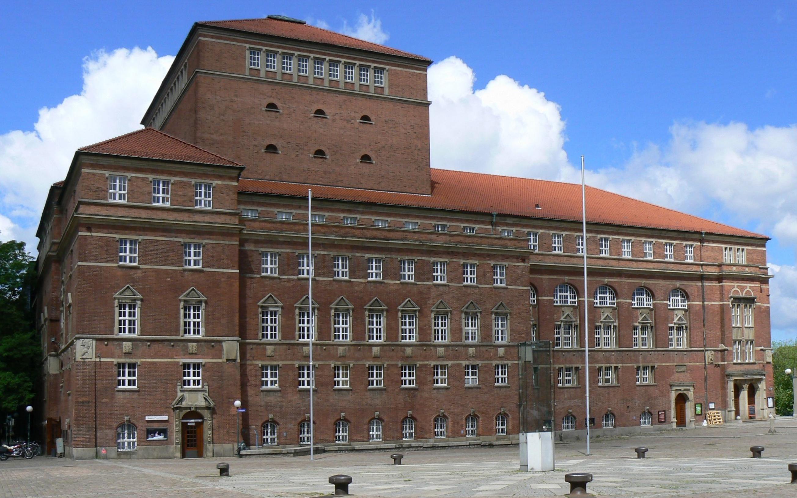 Kieler Opernhaus. Bauzeit: 1905–1907, Architekt: Heinrich Seeling, Ansicht: Südostseite des Gebäudes, Blick über de