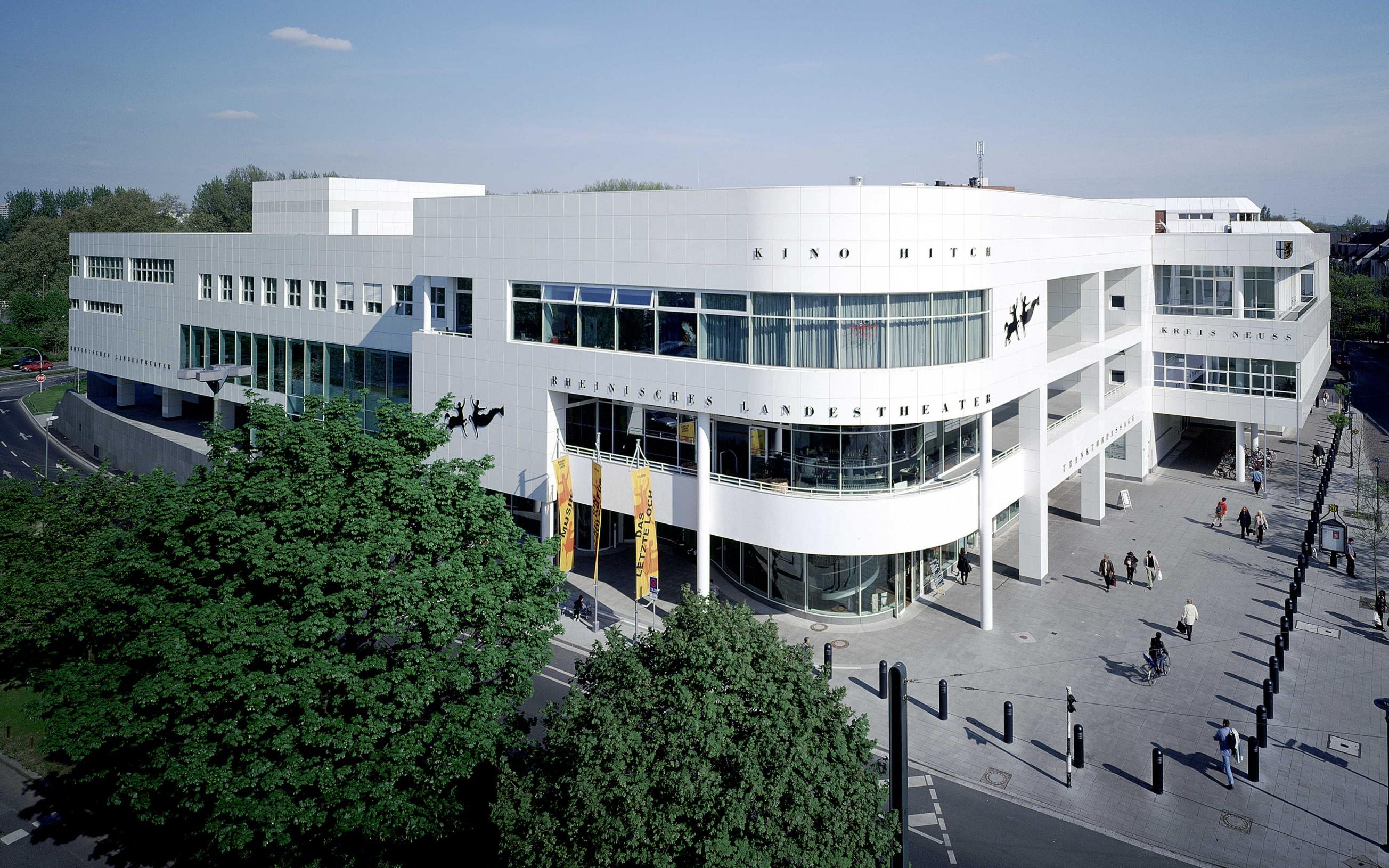 Das Foto zeigt die Außenansicht des Rheinischen Landestheater in Neuss.