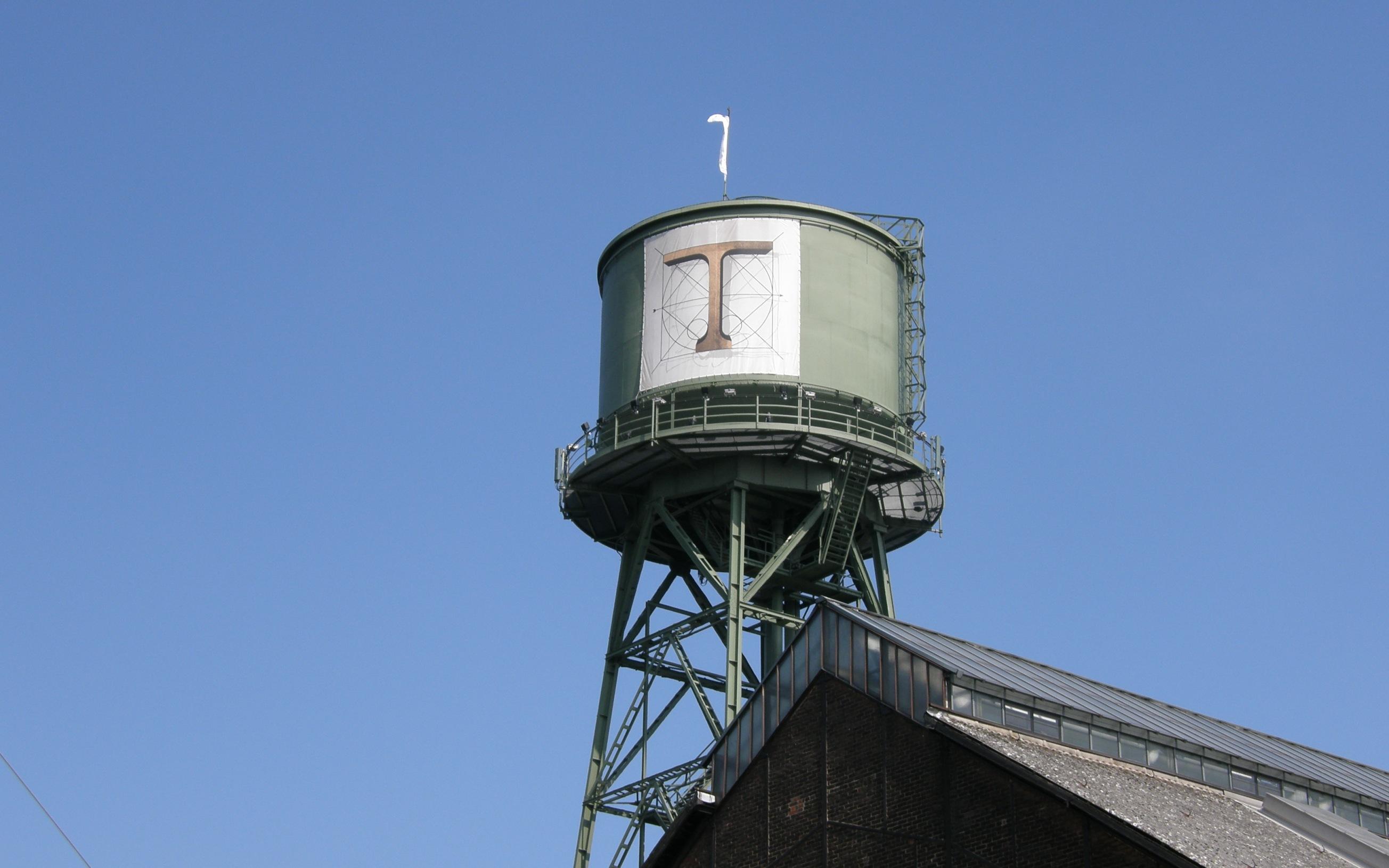 Jahrhunderthalle in Bochum Wasserturm mit Plakat der Ruhrtrienale