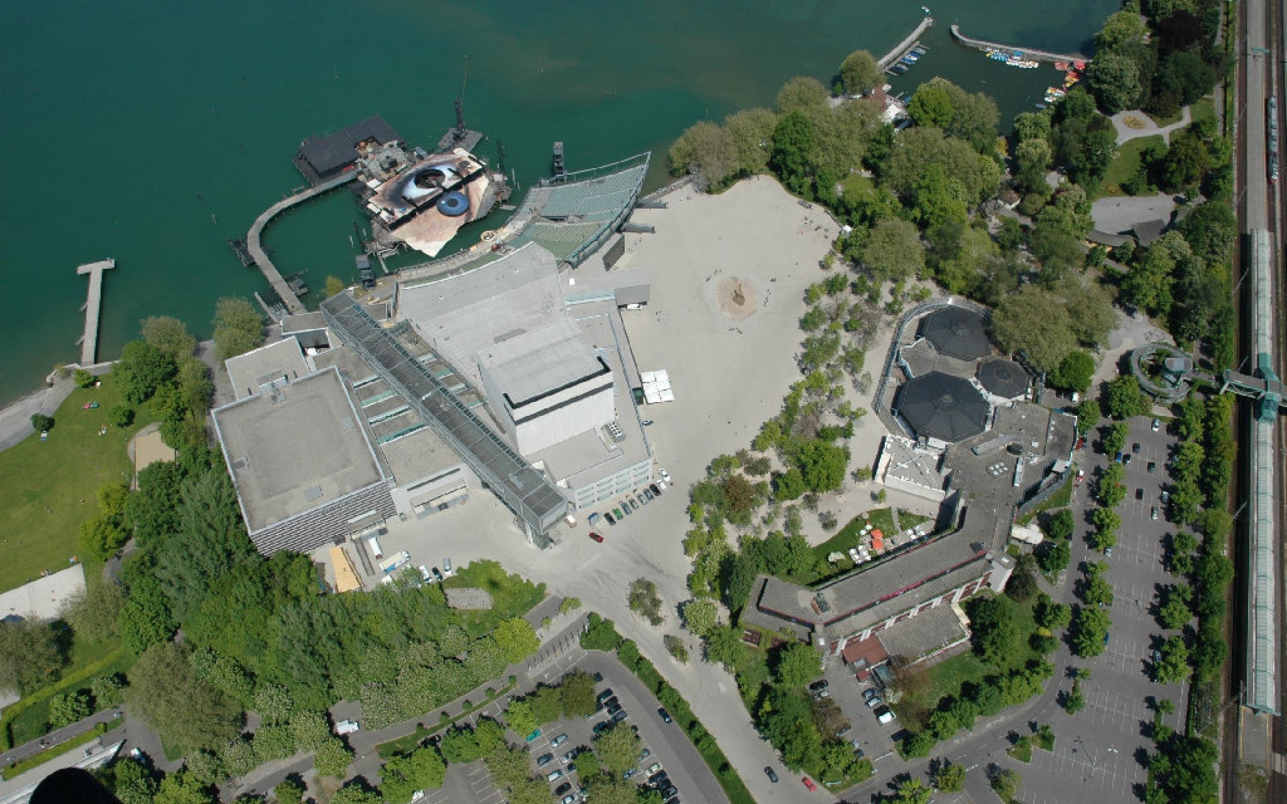 Die Seebühne und das Festspielhaus der Bregenzer Festspiele in Bregenz (Österreich) in einer Luftaufnahme.